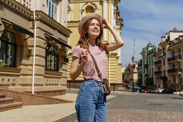Hermosa joven turista agradable paseo en el centro de la ciudad.