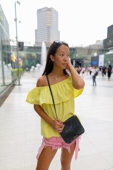 Hermosa joven turista explorando la ciudad de bangkok