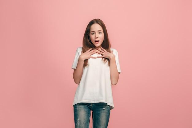 Hermosa jovencita mirando sorprendido aislado en rosa