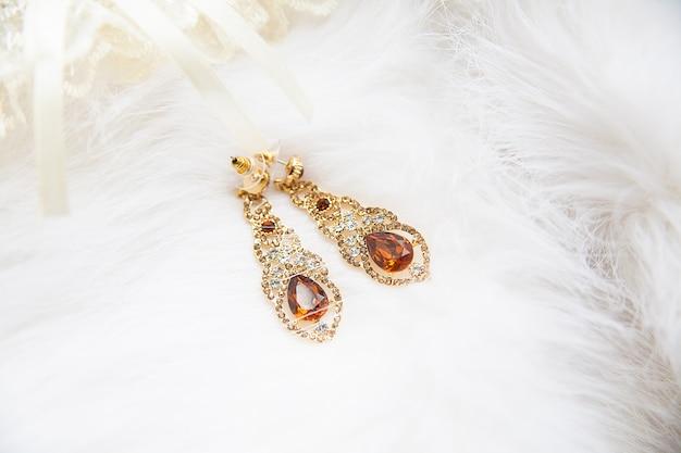 Hermosa liga de novia y joyas de boda