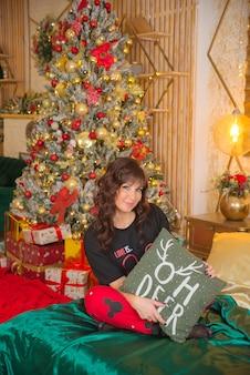 Hermosa linda mujer joven feliz en navidad