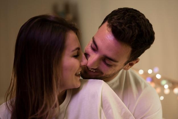 Hermosa linda pareja en casa besándose