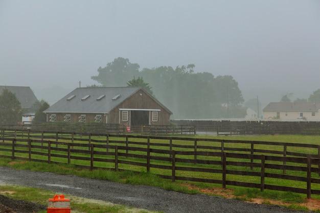 Hermosa lluvia pesada de verano