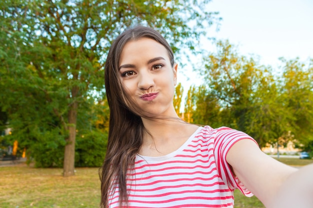 Hermosa loca urbana tomando fotos de sí misma, selfie