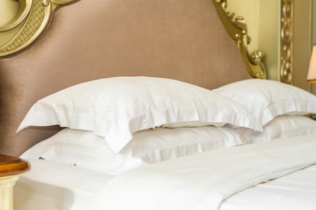 Hermosa y lujosa almohada blanca cómoda en la decoración de la cama en el dormitorio