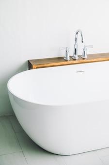 Hermosa y lujosa decoración de bañera blanca