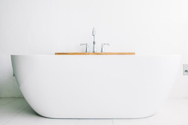 Hermosa y lujosa decoración de bañera blanca.