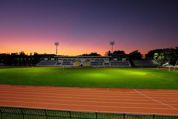 Hermosa luz del cielo en el estadio del deporte.