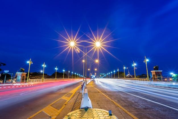 Hermosa luz en el río nan en la noche en el puente