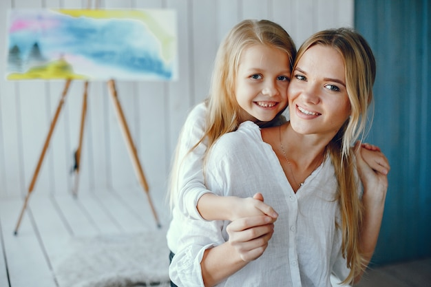 Hermosa madre e hija están dibujando