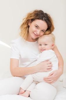 Hermosa madre feliz con niña