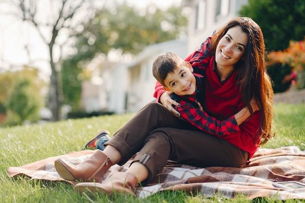 Hermosa madre con hijo pequeño