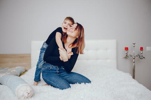 Hermosa madre con lindo hijo en casa