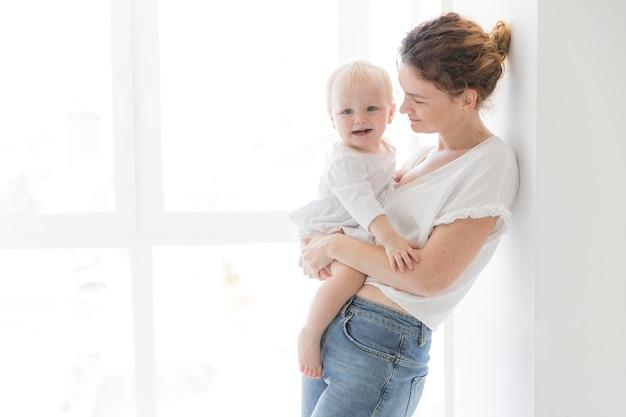 Hermosa madre con niña
