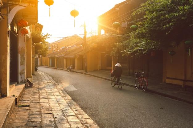 Hermosa madrugada en la calle en hoi una ciudad antigua