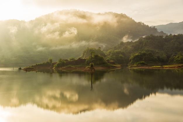 Hermosa mañana de paisaje con sol naciente en el lago