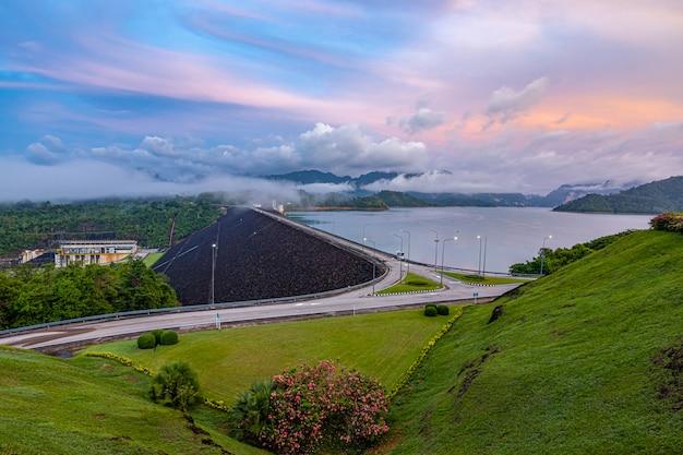 Hermosa mañana en el punto de vista de la presa de ratchaprapha, tailandia