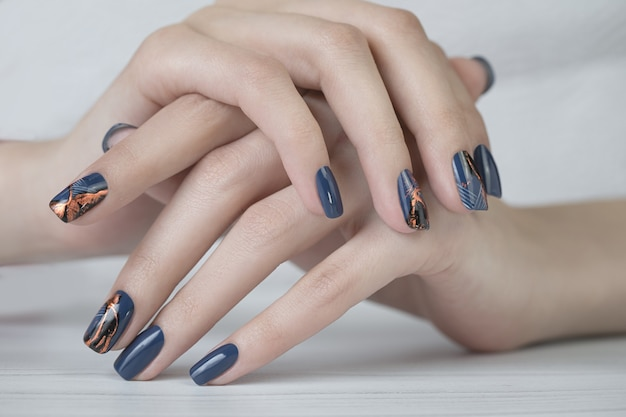 Hermosa manicura de uñas. diseños de uñas con decoración pintura de uñas de manicura.