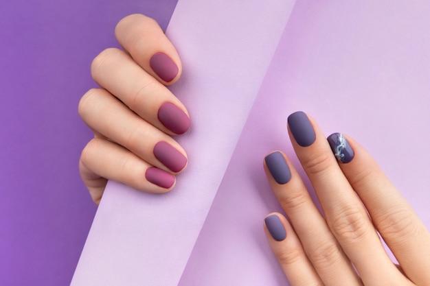 Hermosa manicura mate burdeos púrpura en creative