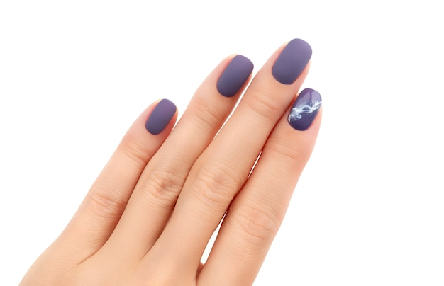 Hermosa manicura mate burdeos sobre fondo blanco. diseño de uñas primavera verano de moda.