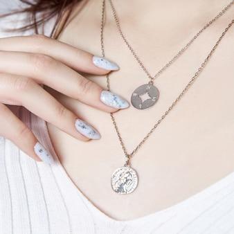 Hermosa manicura en las uñas de una mujer.
