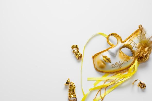 Hermosa máscara dorada con espacio de copia