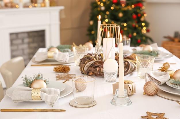 Hermosa mesa con adornos navideños en la sala de estar