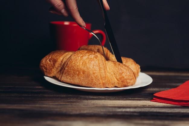 Hermosa mesa para el desayuno, cruasanes y café.