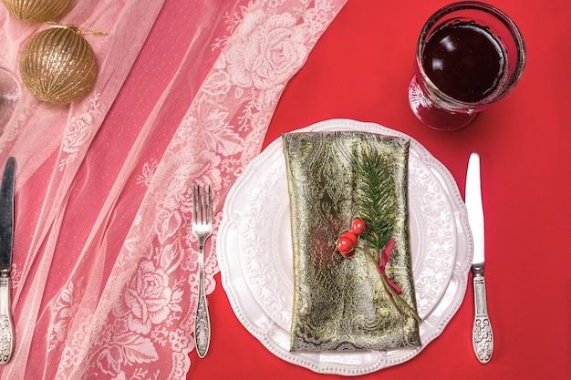 Hermosa mesa navideña con decoraciones