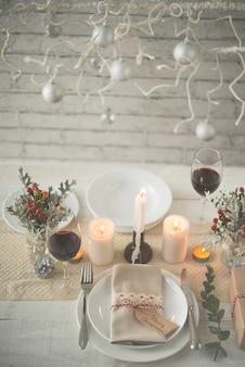 Hermosa mesa preparada para la cena de navidad.