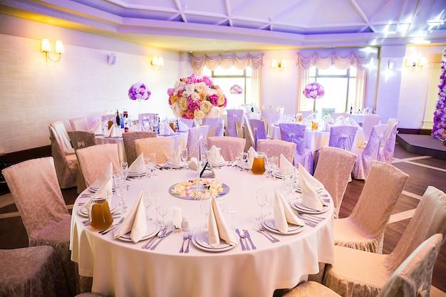 Hermosa mesa puesta para algún evento festivo, fiesta o recepción de boda,