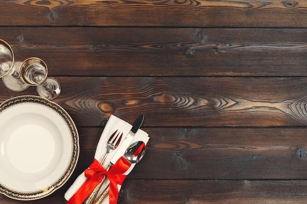 Hermosa mesa roja de navidad con decoraciones de cerca