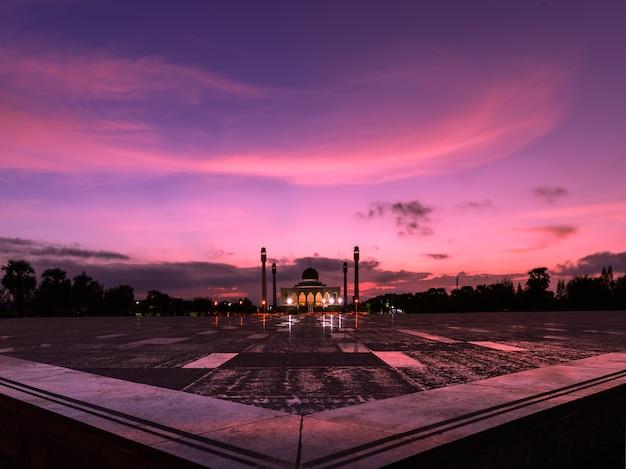 Hermosa mezquita central con puesta de sol en songkla, provincia de songkla, tailandia