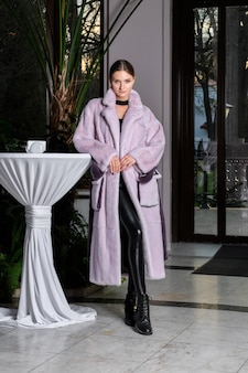Hermosa modelo en abrigo de piel largo