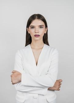 Hermosa modelo con los brazos cruzados