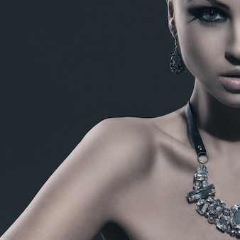 Hermosa modelo con cola de caballo y maquillaje