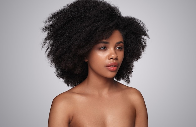 Hermosa modelo étnica mirando a otro lado