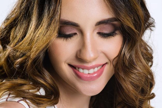 Hermosa modelo femenina con cabello castaño y ojos marrones