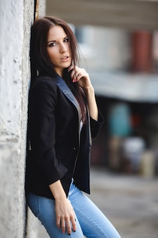 Hermosa modelo femenina posando contra la pared