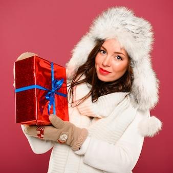 Hermosa modelo de invierno mostrando presente