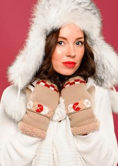 Hermosa modelo de invierno con sombrero de navidad