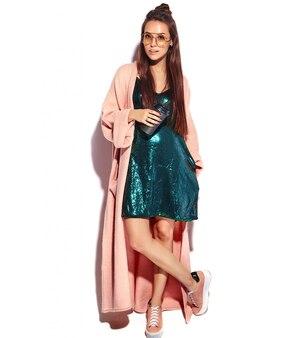 Hermosa modelo de mujer morena hipster sonriente en elegante abrigo rosa. beber café, de cuerpo entero