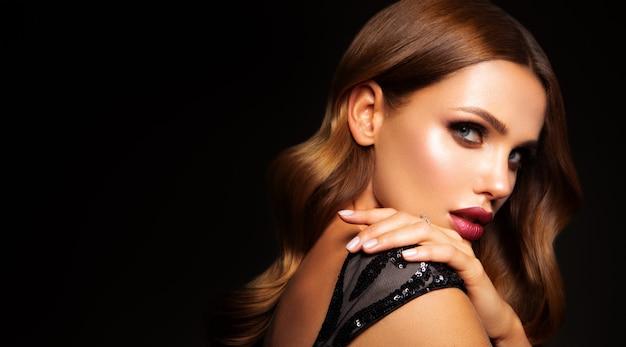 Hermosa modelo con peinado rizado. hermoso maquillaje
