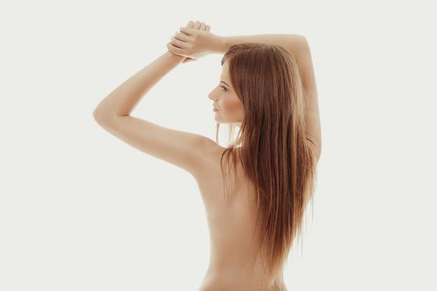 Hermosa modelo posando desnuda