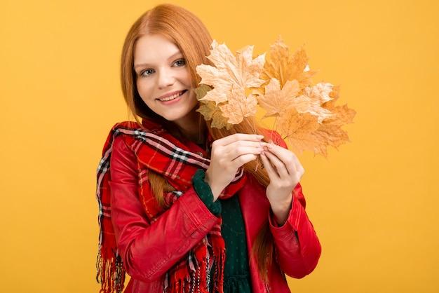 Hermosa modelo posando con hojas