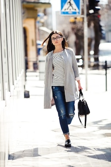 Hermosa modelo con tiendas de gafas