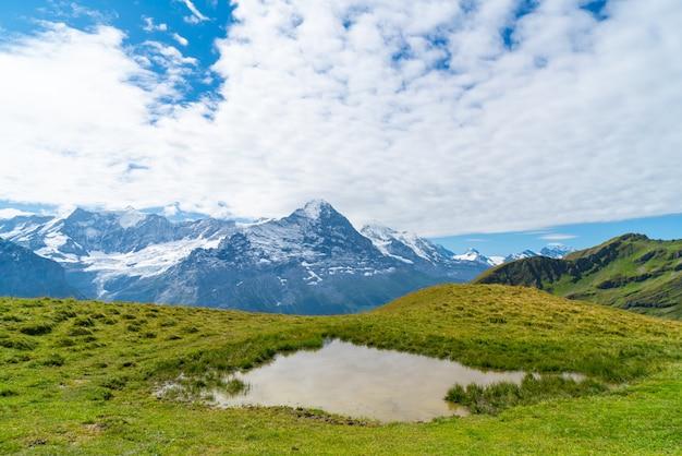 Hermosa montaña de los alpes en grindelwald, suiza