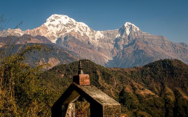 Hermosa montaña annapurna south range vista desde ghandruk, nepal.