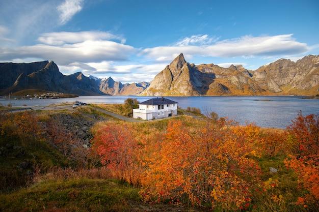 Hermosa montaña y cielo en el pueblo de hamnoy en lofoten, noruega