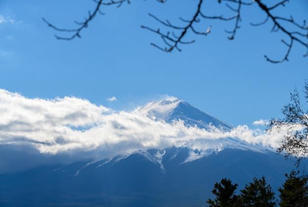 Hermosa montaña fuji con cubierta de nieve en la parte superior
